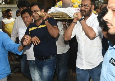 Veeru Devgan's Funeral: Ajay Devgn Bids an Emotional Goodbye to His Father, Bollywood Celebs Offer Their Last Prayers